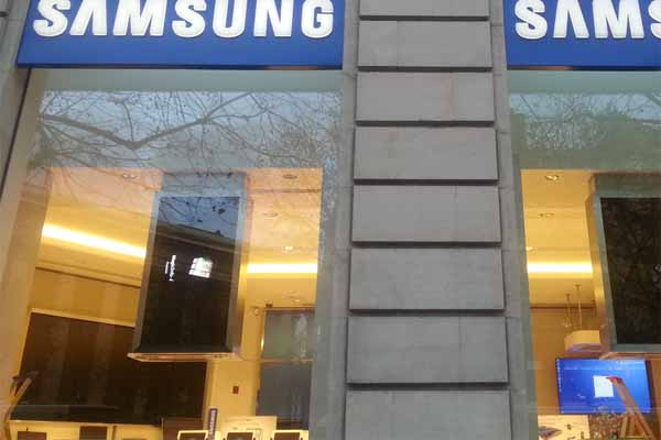 ouverture du premier samsung mobile store paris top for phone. Black Bedroom Furniture Sets. Home Design Ideas